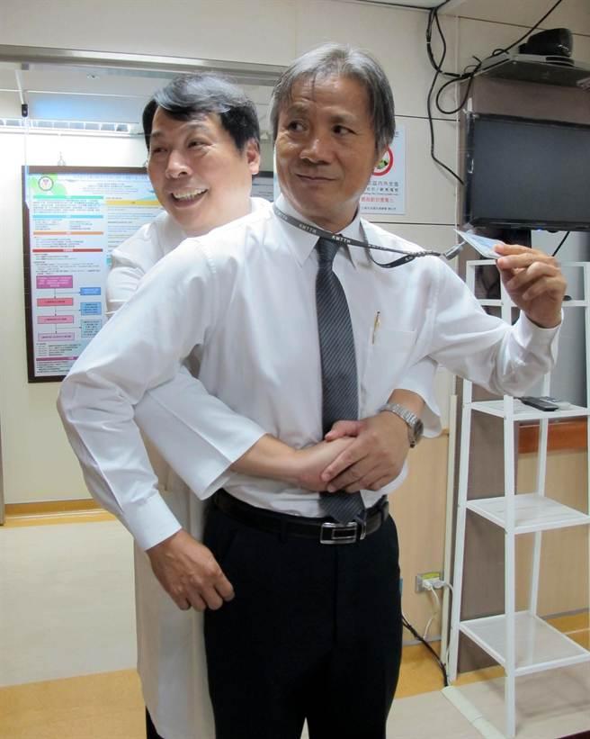 異物卡在氣管可用「哈姆立克法」急救,高雄市大同醫院副院長吳登強(後)示範,而卡在食道則不同。(呂素麗攝)
