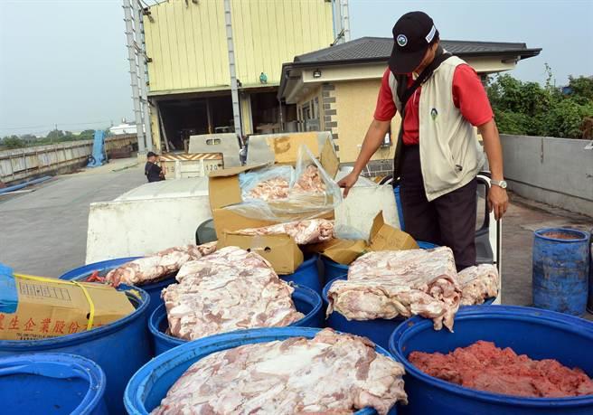 吳嫌回收大批過期肉品,清洗後再販售餐飲店家。(林和生翻攝)