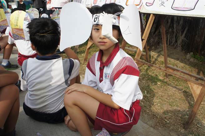 小朋友頭戴著自己做的大象頭箍。(周麗蘭攝)