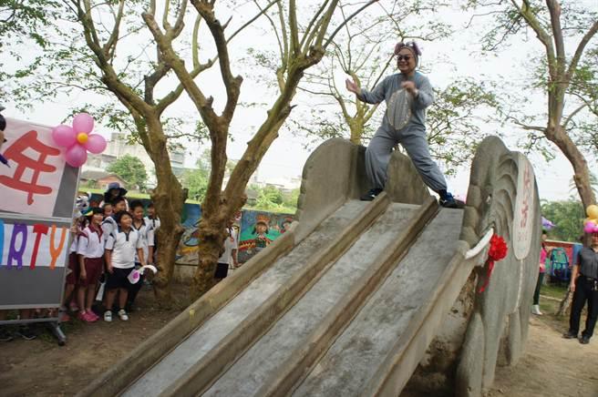 五年忠班老師許顏麒穿大象布偶裝,與大象溜滑梯一樣討喜。(周麗蘭攝)