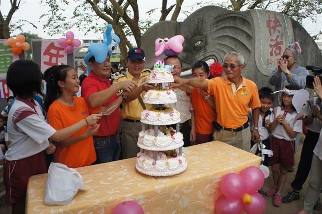 全校師生一起唱生日快樂歌祝大象爺爺生日快樂。(周麗蘭攝)