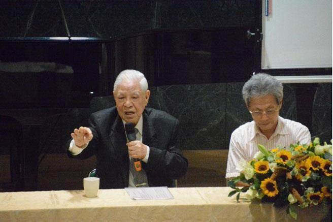 前總統李登輝(左)到成大演講,學生提問踴躍,他也多次諷馬在馬習會上表現軟弱,身為台灣總統要勇敢。(曹婷婷攝)