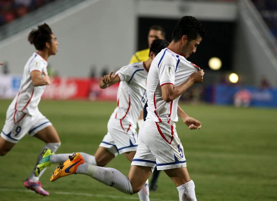 中華隊後衛殷亞吉(右)對泰國開賽第3分鐘頭槌破門,攻入代表台灣的首顆進球,興奮狂奔並親吻中華隊隊徽。(李弘斌攝)