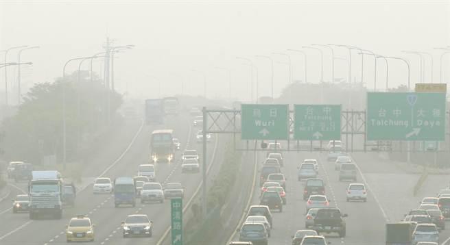 圖為日前國道1號台中路段一片霧茫茫,即使是白天還是有駕駛人打開車輛大燈。(資料照片 范揚光攝)