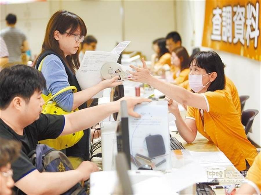值得注意的是台灣的租稅結構問題。根據綜合所得稅資料顯示,薪資所得約占所得稅7成以上,遠高於美國的55%及OECD國家的49%。(圖為民眾繳稅,本報系資料照)