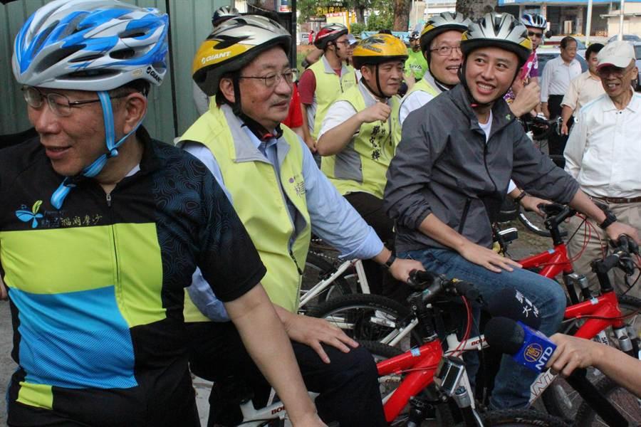 台北市長柯文哲(左一)14日騎自行車,從台北至新竹為藍營立委參選人柯建銘加油打氣後,與市長林智堅、柯建銘跨上鐵馬,到下一站大啖美食,補充體力。(郭芝函攝)