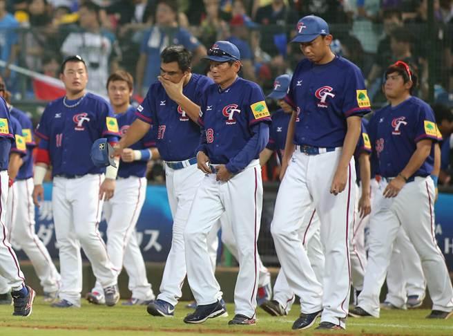 世界12強棒球賽,中華對戰波多黎各,雙方打到第12局,最後波多黎各以4:7贏得比賽,中華隊教練群帶著球員們上場致謝時,顯得很沮喪。總教練郭泰源(右二)在賽後記者會上說:「選手都已經為國家盡了全力,輸球是我要負責。」(黃國峰攝)
