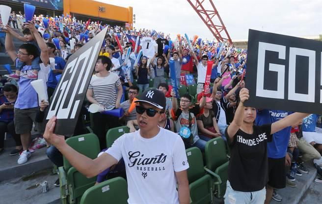 中華對戰波多黎各,雙方打到第12局,整個比賽高潮迭起、互有領先,球迷努力為中華隊加油。(黃國峰攝)