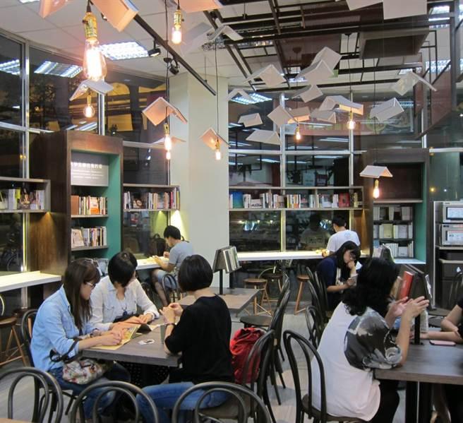 「未來書店」座位區,提供消費者舒適的閱讀體驗。(業者提供)