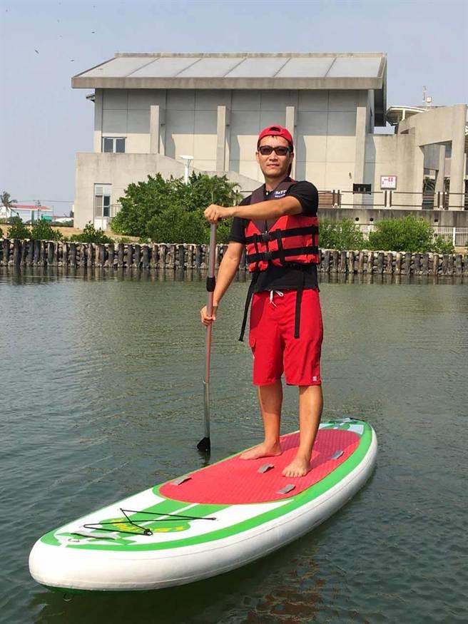 立式單槳衝浪板(SUP)最高能負重4名成人,適合全家大小在海上漂浮,享受特別的生態之旅。(許智鈞攝)