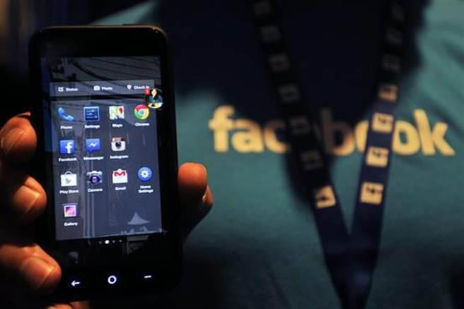 Google與Facebook達成在行動搜尋領域的合作,對雙方而言都代表重大意義。圖為臉書員工展示一款HTC製造的Android手機。(取自WSJ)