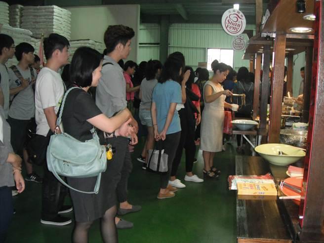 三風老麵廠,今日舉行「台灣好麵」新書暨「台灣好麵文化美食館」發表會,吸引眾多愛麵族品嚐。(陳淑娥攝)