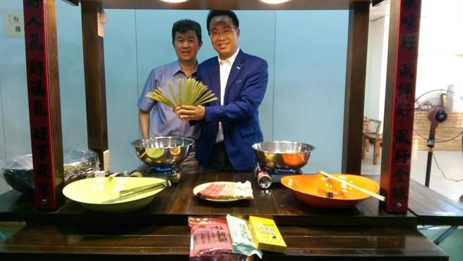 台中市中南海酒店總經理謝樹人(右),大推三風食品董事長林昭榮生產製作的特色麵條。(圖/曾麗芳)
