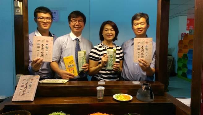 三風食品董事長林昭榮(右一)說,靜宜大學副校長王俊權(左二)是協助設計在地特色麵條的幕後推手。(圖/曾麗芳)