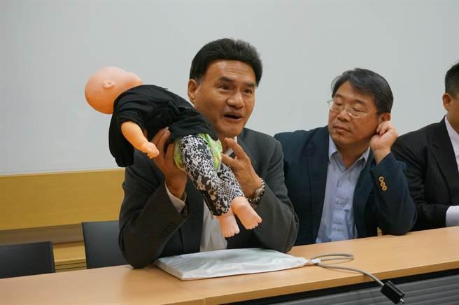 鑫澧科技公司副總經理呂禮讚表示,該公司研發透過RFID,掌握病患狀況。(顏瑞田攝)
