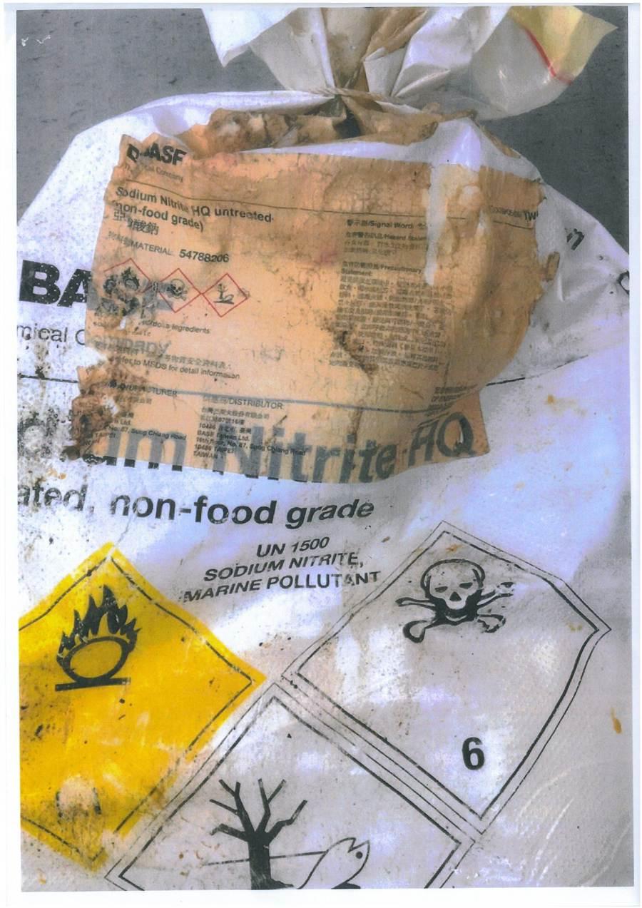 檢調查扣原料紙袋,上面寫著「非食品級」。(李文正翻攝)