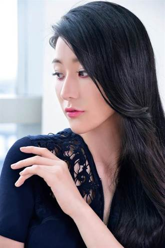雅詩蘭黛全球專業彩妝師Bobbie教妳 招桃花紅眼妝