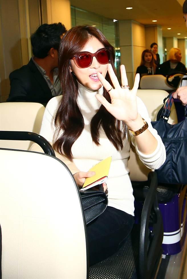 韓國藝人河智苑,揮手向鏡頭打招呼。(陳信翰攝)