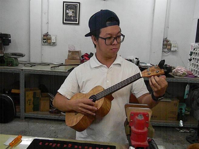 樂器製造組裝,除須木工專業,鍾佳維曾從事吉他教學,調音、修音也難不倒他。(王文吉攝)