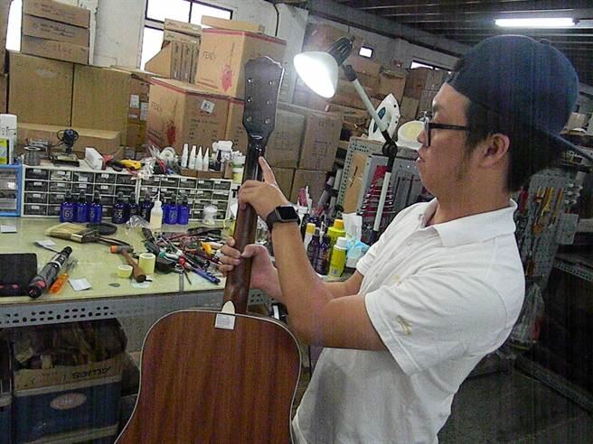 修琴師鍾佳維說,琴頸最為脆弱,送修吉他10件當中,有6件是琴頸損壞。(王文吉攝)