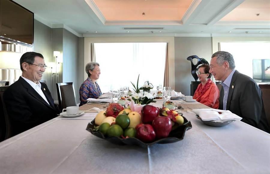 蕭萬長與李顯龍伉儷選在19日上午「早餐會」,三年來蕭李兩人都用此種方式碰面,也一直都被定義為台星非正式雙邊會談。(照片截自李顯龍臉書)