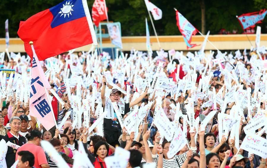 國民黨121周年黨慶大會22日在板橋體育場舉行,並擴大造勢,1萬多名黨員頂著烈陽出席。(陳信翰攝)