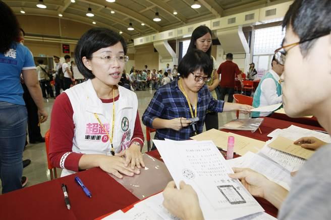民進黨立委參選人蘇巧慧繳交資料,登記參選。(楊兆元攝)
