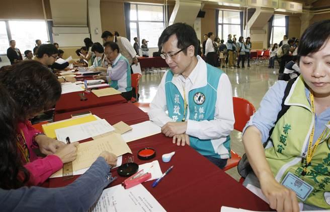 民進黨立委參選人羅致政繳交資料,登記參選。(楊兆元攝)
