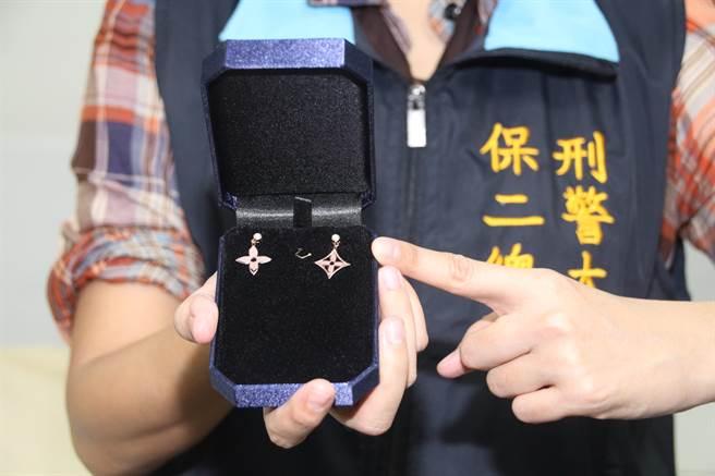 「台灣珠寶首飾展覽會」20日至23日在台北世貿一館舉行,保二總隊刑事警察大隊獲報,在展覽會中查獲業梁姓業者販售仿冒LV耳環。(葉書宏攝)