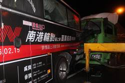客運司機下車察看冒煙問題 遭後方車追撞慘死