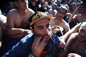 難民危機:伊朗人縫唇在邊界無聲抗議