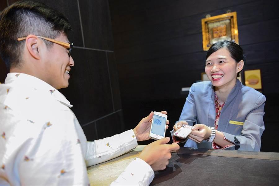 蘭城晶英酒店每房千禮相送, 旅客需於櫃檯出示簡訊及身份證件。(圖/蘭城晶英酒店)
