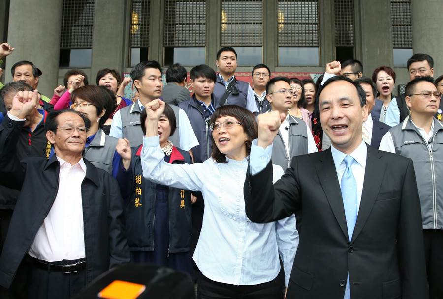 中國國民黨主席朱立倫及副總統搭擋王如玄等在國父紀念館前呼口號。(王英豪攝)