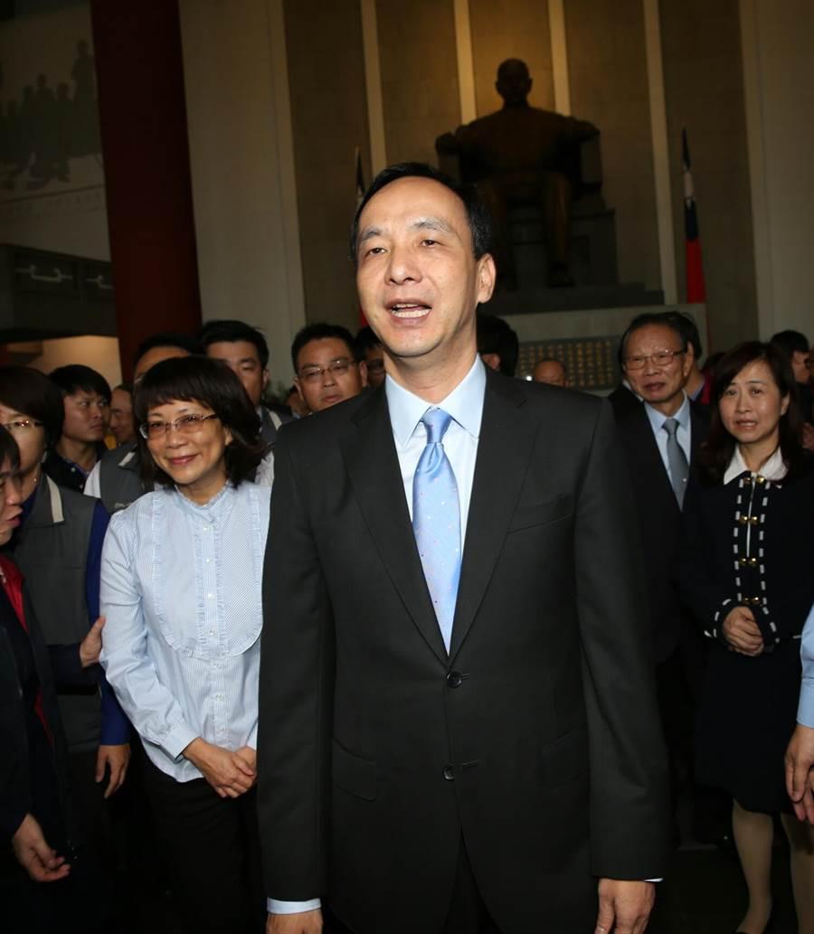 國民黨黨慶活動,中國國民黨主席朱立倫及副總統搭擋王如玄立法院長王金平等向總理國父銅像致敬。(王英豪攝)