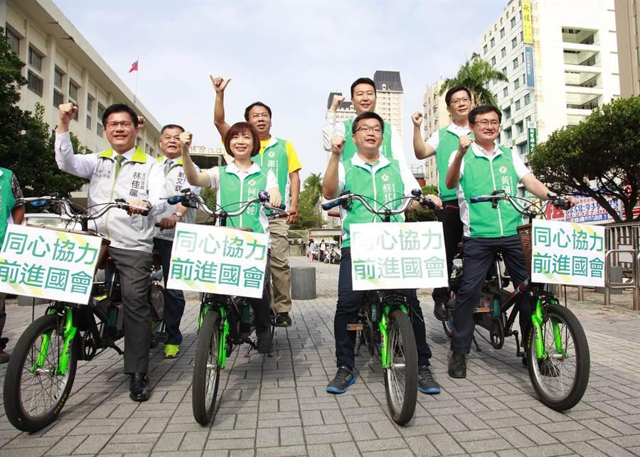 民進黨台中市6名立委參選人,今天在台中市長林佳龍(左)陪同下完成登記,大家也一起騎協力車造勢,象徵同心協力,6席全上。(盧金足攝)