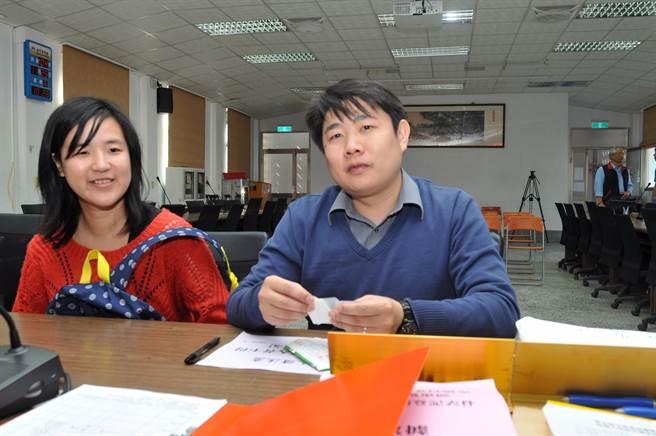 台灣工黨陳德輝(右)在另一半陪同下登記參選立委。(李金生攝)