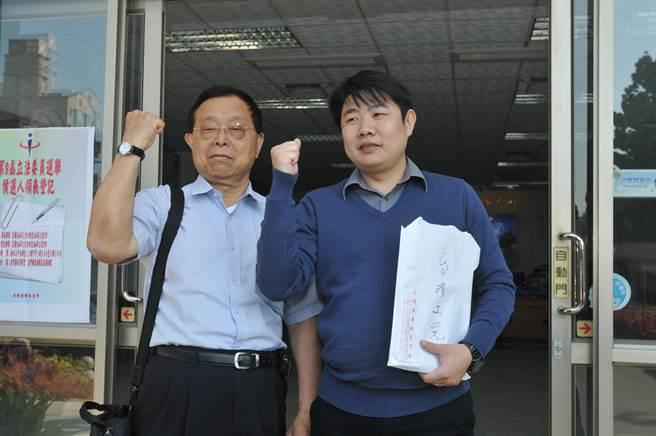 台灣工黨主席謝正一(左)親自陪同陳德輝登記參選。(李金生攝)