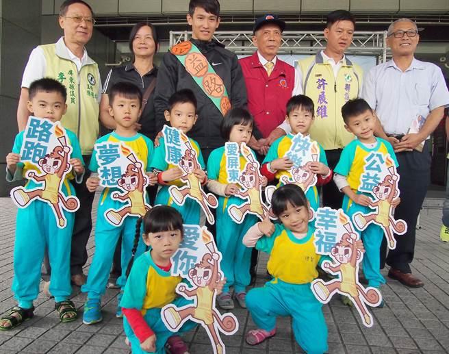 國興畜產董事長林桂添(後右3)捐出1萬隻薑母鴨,舉辦「阿猴國興盃公益路跑賽」號召1萬名跑者參加,所得全數捐給創世基金會照護植物人。(潘建志攝)