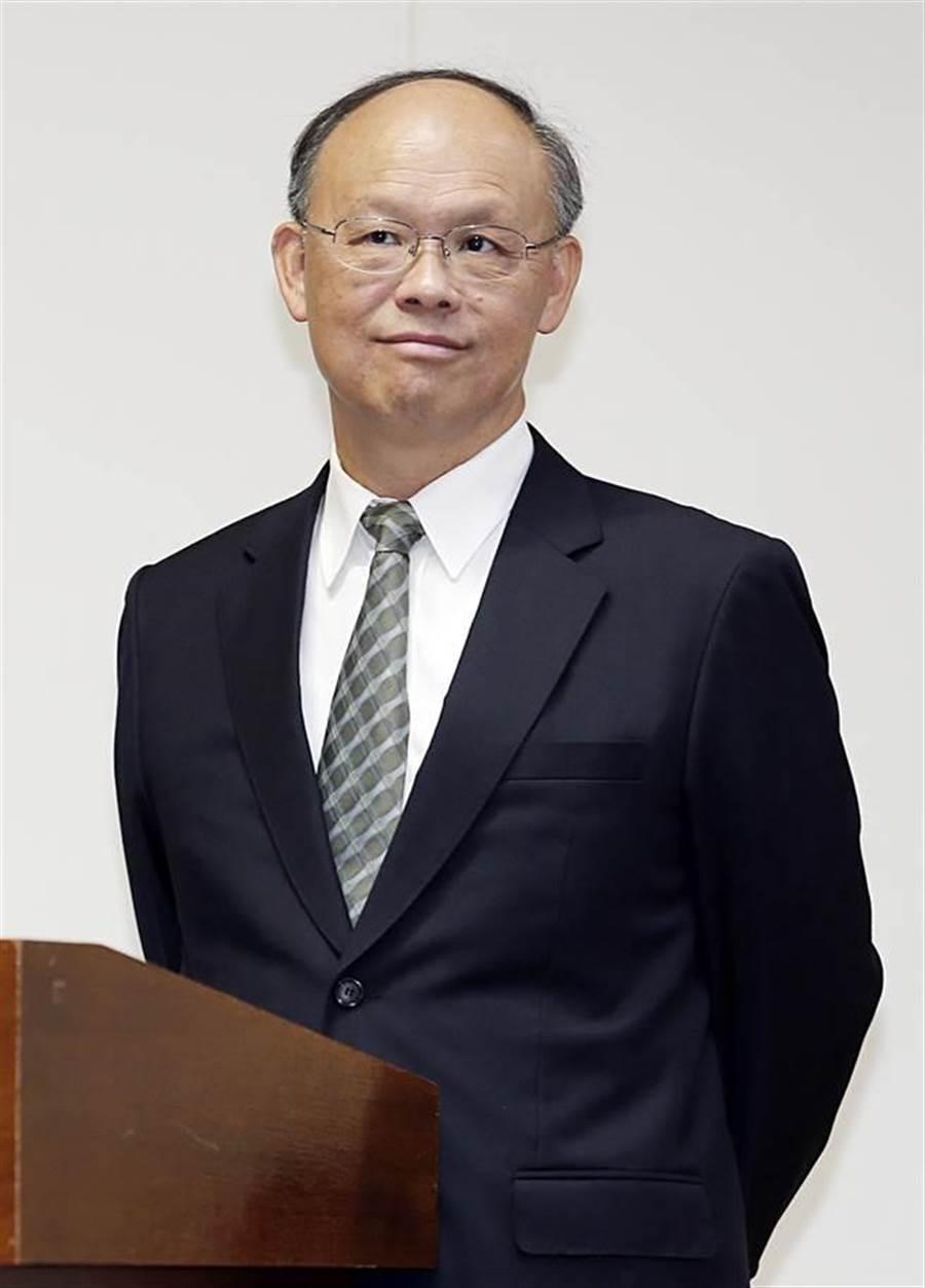 經濟部長鄧振中26日指出,考量國際競爭與大陸市場,正評估在安全配套措施下,全面開放陸資可「有條件參股」我半導體產業上中下游。(姚志平攝)