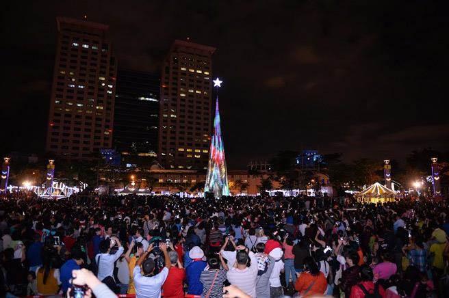 2015歡樂耶誕城正式點燈開城。(新北市政府觀光旅遊局提供)