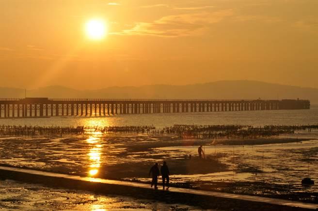 趕工中的金門大橋海域,今天傳出2人玩風浪板落海獲救。(李金生攝)