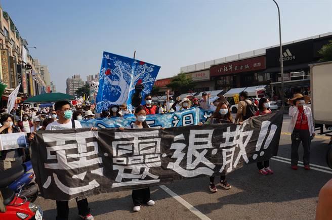 抗議民眾手持「惡靈退散!」白布條,希望未完成健康風險調查前,中科擴廠立即停工。(盧金足攝)