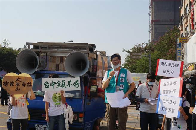 遊行總指揮、醫師葉光芃戴著台中市長林佳龍面具,要求林佳龍為在公開環評前,爭取台積電擴廠向市民道歉。(盧金足攝)