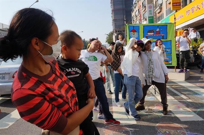很多媽媽帶著小孩來響應抗議中科擴廠遊行。(盧金足攝)