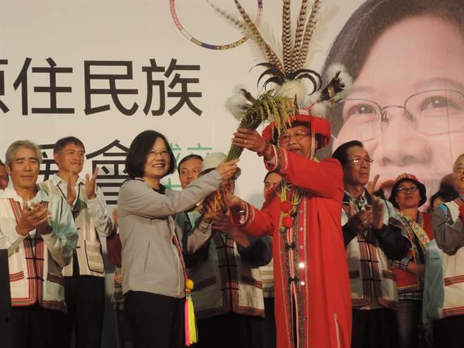 蔡英文接受新北市總頭目致贈的稻穗和小米。(王揚傑攝)