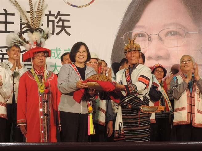 蔡英文出席北區原住民族後援會成立大會,接受新北市總頭目致贈的稻穗和小米。(王揚傑攝)