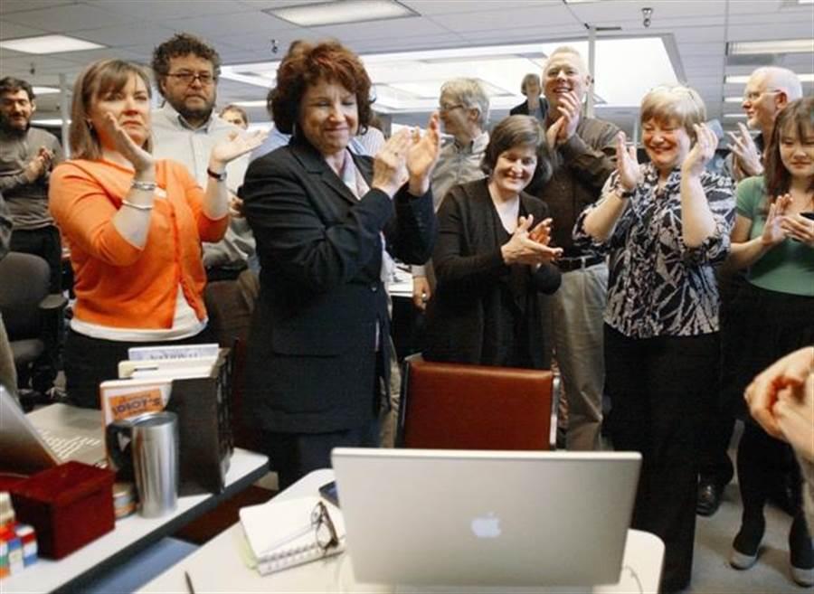 《西雅圖時報》(The Seattle Times)的員工透過Skype視訊電話,得知該報獲得2010年普立茲新聞獎。(美聯社)