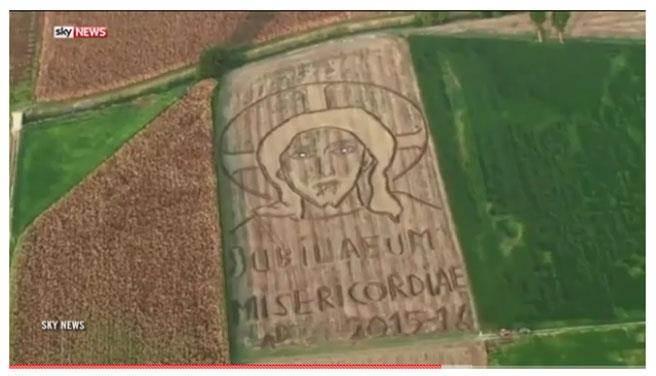義大利土地藝術家甘布萊恩用曳引機在麥田中繪製出巨幅耶穌像。(圖截取自YouTube)