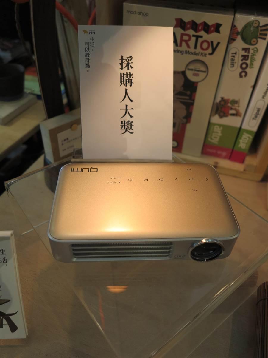 可連接智慧型手機或平板的台達電迷你投影機Vivitek Qumi Q6,是百貨經理眼中最值得消費者購買的耶誕禮物。(馮景青攝)