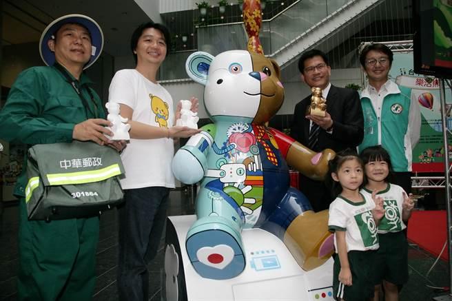 台中市長林佳龍(右)宣布「2015樂活熊城市嘉年華」,今年以「愛‧分享」為主題。(盧金足攝)